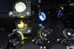 A complex mirror system directs lasers that are used for cell analyzes.